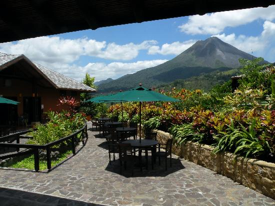Nayara Hotel, Spa & Gardens: View of the volcano from the restaurant