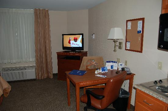 Candlewood Suites Aberdeen - Edgewood - Bel Air: Desk area and TV
