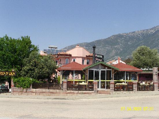 Hotel Garden of Eden: Almond restaurant  hotel behind