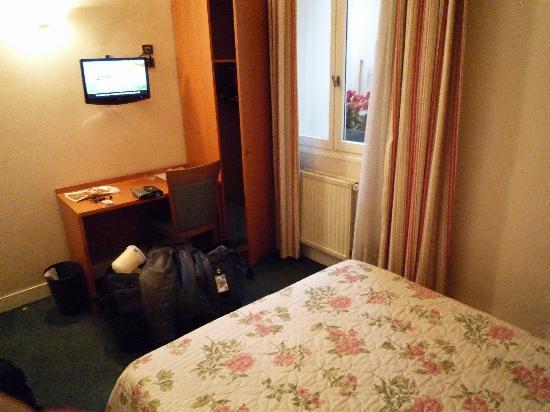 Hotel Agenor : Small LCD TV, desk and upright closet