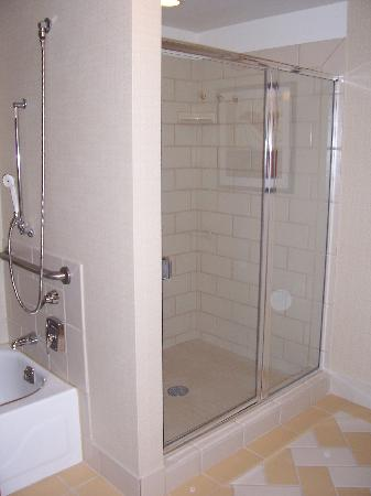 Doubletree by Hilton Chicago O'Hare Airport - Rosemont: Huge Bathroom!