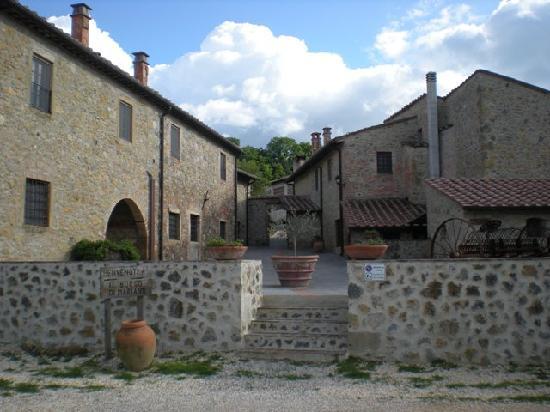 Villa Dini: Il Borgo di Mariano - l'ingresso