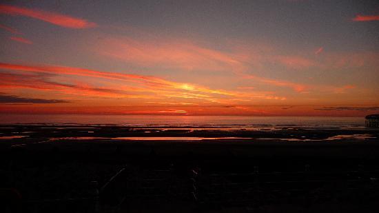 Ardern Hotel: Three minutes walk to this sunset.
