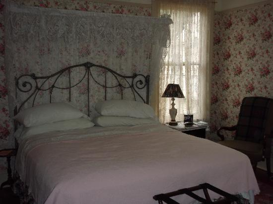 Glencoe Inn: Very comfortable bed and charming room.