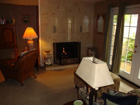 Old Ranch Inn: Cozy up to the fireplace...