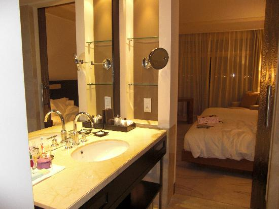 Grand Hyatt Doha Hotel & Villas: room and bathroom