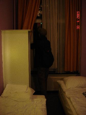 Sphinx Hotel: That small case and close room