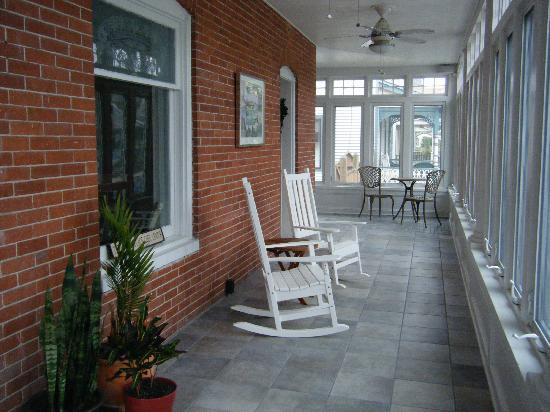Savannah Inn: Beautiful enclosed front porch