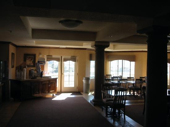 Holiday Inn Express Hotel & Suites - Marina: Large sunny breakfast room that was very poorly tended