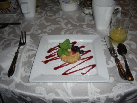 Bruce House Inn: First course of breakfast