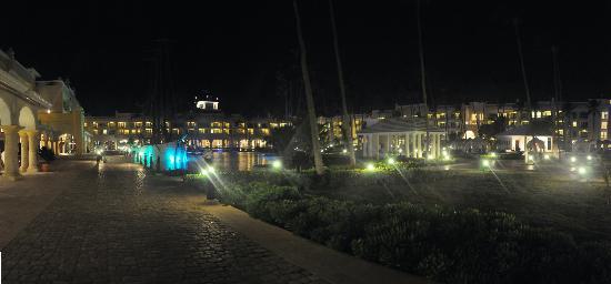 Iberostar Grand Hotel Bavaro: Courtyard at night