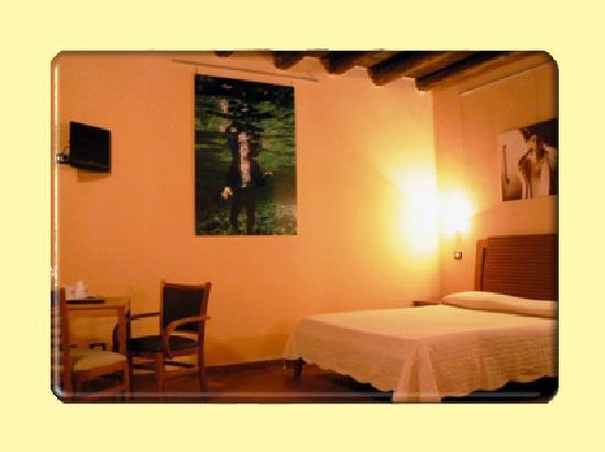 Al Giardino dell'Alloro : Chambre que nous avons occupé  Remarquer l'éclairage electrique