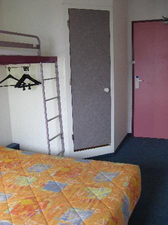 Ibis Budget Berck sur Mer: View of room showing bed, overbunk, door to bathroom and main door, Etap Hotel, Berck-sur-Mer, M