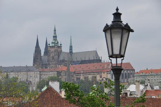 Hotel Residence Retezova: View of Prague Castle from Charles Bridge