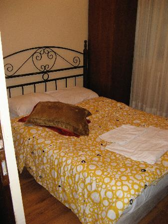 Cem Sultan Hotel: mattress & boxspring on floor