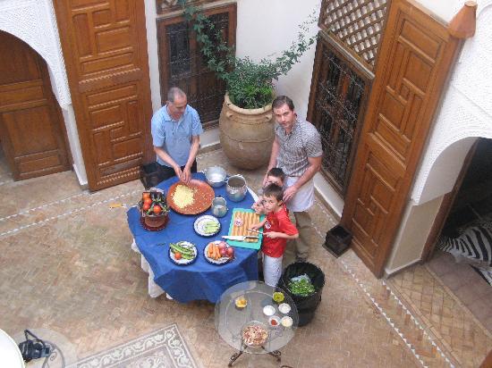 Zamzam Riad: En la Clase de Cocina en el patio del Riad