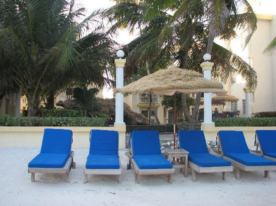 Pelican Reef Villas Resort: comfy loungers on the beach