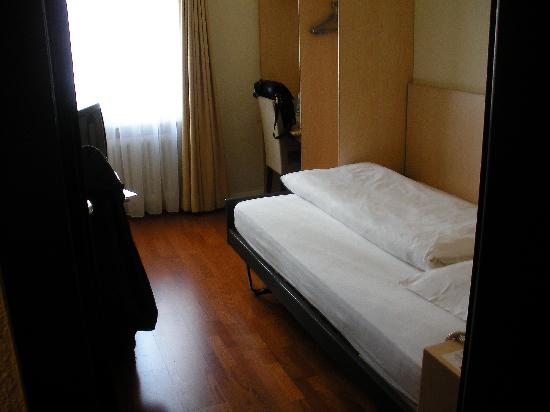 Ibis Styles Bern City: My single room:  small but clean