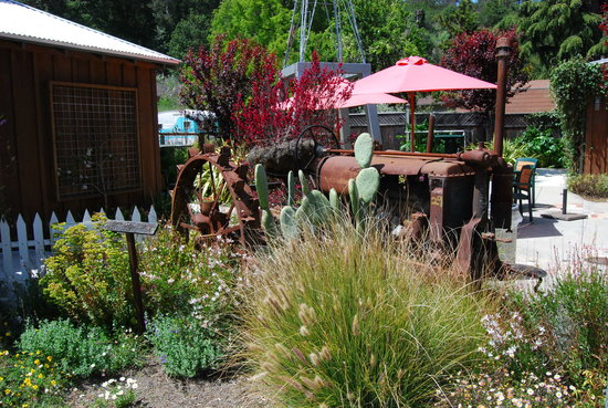 Linn's Easy As Pie Cafe: Garden outside bakery