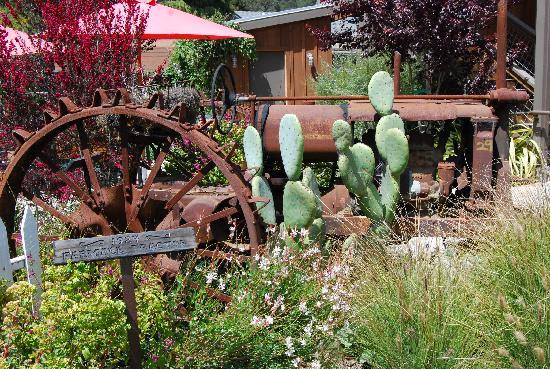 Linn's Easy As Pie Cafe: same garden....