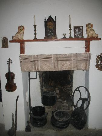 Glencolmcille Folk Village: Fireplace