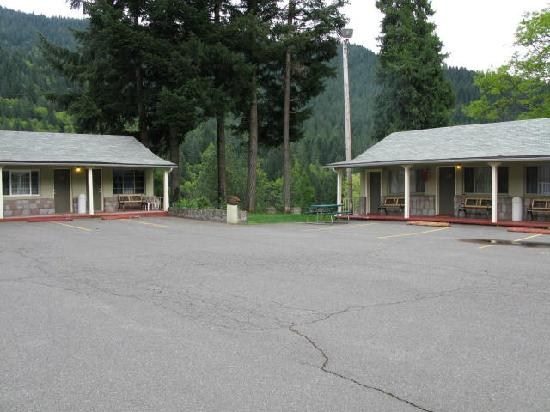 Dunsmuir Lodge: View from parking lot