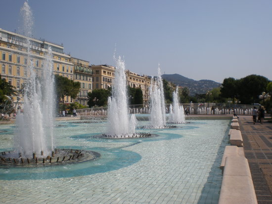 Niza, Francia: Place Massena fountains