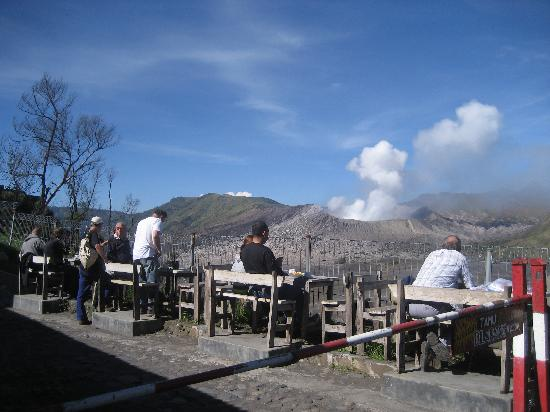 Cemara Indah Hotel : Breakfast overlooking the crater