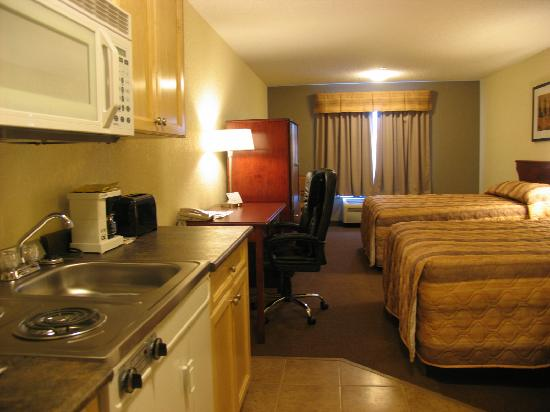 Lakeview Inns & Suites Fort Nelson: nice room with kitchenette