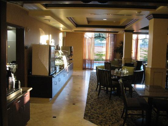 Holiday Inn Express Hotel & Suites Atascadero: Great breakfast room opening on to the pool