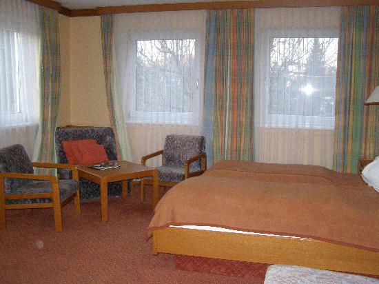 Austria Classic Hotel Hölle: 2nd Floor Corner Room - lots of space!