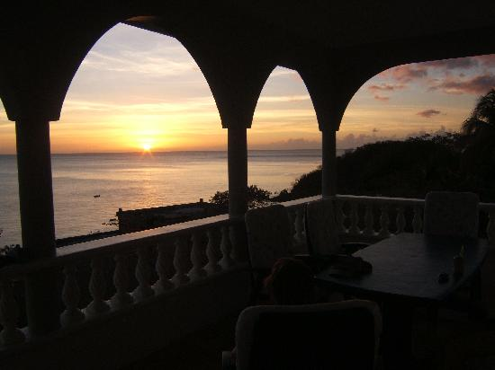 Caribbean Sea View Holiday Apartments: coucher de soleil