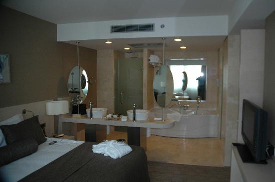 Crowne Plaza Hotel Ankara: Bath & Bedroom in an open style