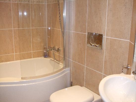 Fernydale Farm: The plush bathroom