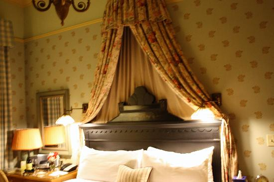 Tallman Hotel: The canopy bed