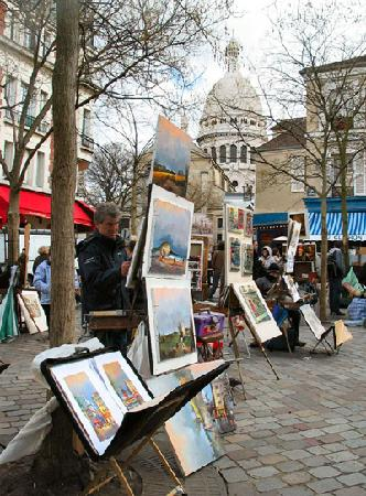 Hotel Bellevue Paris Montmartre: Place du Tertre, and excellent square with local artists, great food and the Salvador Dali Museu