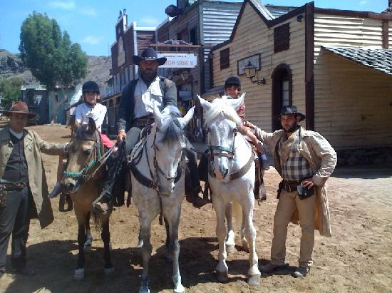 "San Bartolome de Tirajana, สเปน: Carla y Maria con tres ""bandidos"""