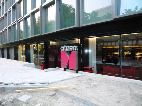 citizenM Amsterdam: Vorm Hotel - Gehweg noch nicht komplett fertig