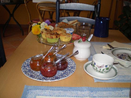 Bed & Breakfast Il Melograno : Alt er hjemmelavet til morgenmaden.