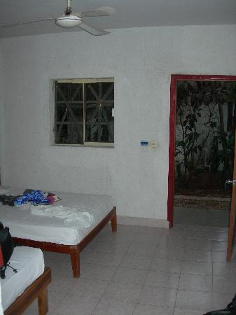 Posada Olalde: Room with no furniture and broken window
