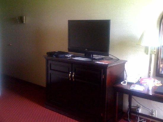 Drury Inn & Suites Houston Hobby: TV and desk