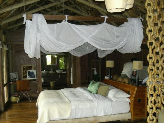 andBeyond Lake Manyara Tree Lodge: lit spacieux de la chambre