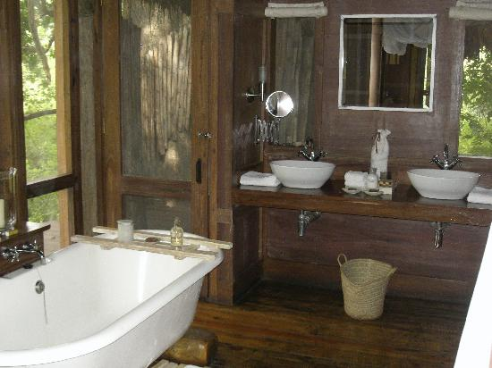 andBeyond Lake Manyara Tree Lodge : la salle de bain