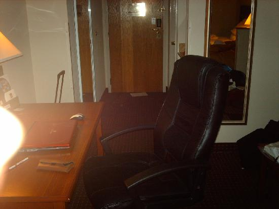 Quality Suites : Desk/Chair right in the middle of the walkthrough.