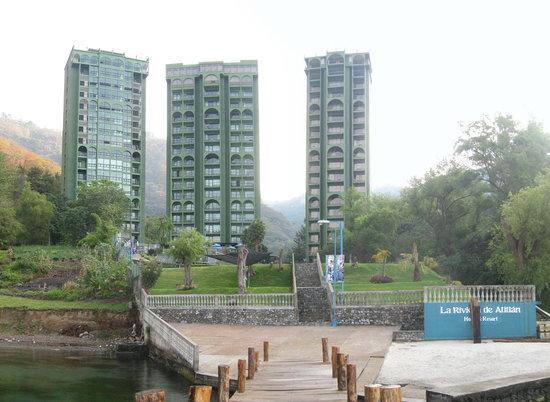 Hotel La Riviera de Atitlan: L'hotel vue de la plage