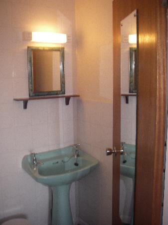 Poldark Inn: Bathroom