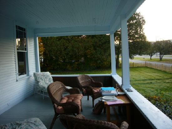Suzanne's B&B: The charming deck at the front of the house