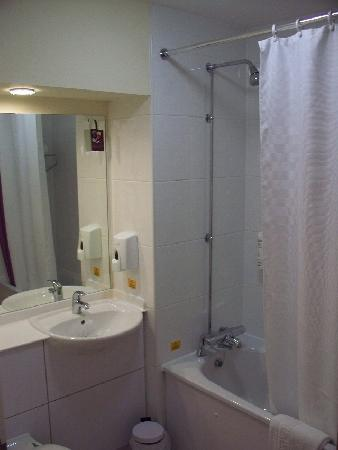Premier Inn Portsmouth (Horndean) Hotel: soap & shampoo come out of dispensers...