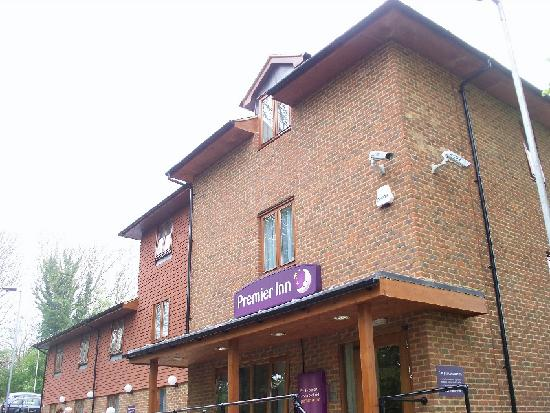 Premier Inn Portsmouth (Horndean) Hotel: the front door is in back of the hotel....
