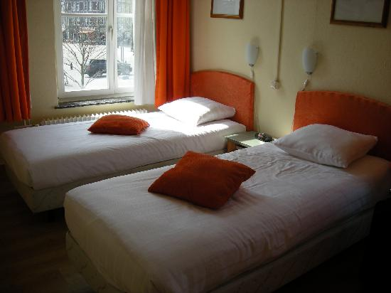 Hotel La Colombe: beds and view of market